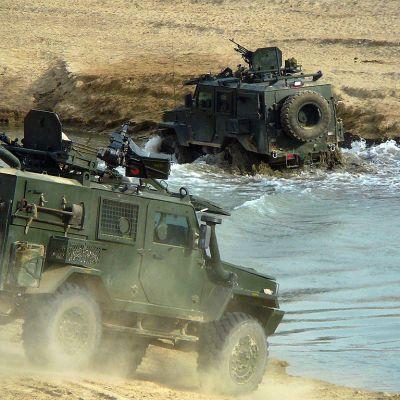 Panssaroituja RG32 -partioajoneuvoja ylittämässä vesistöä Pohjois-Afganistanissa.