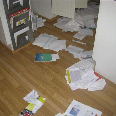 Papereita heitettynä lattialle.