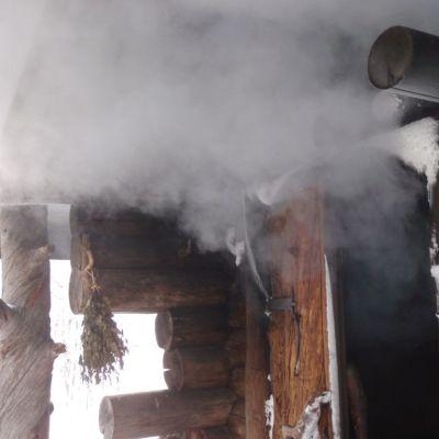 Savusauna lämpiää pakkasillakin Saarijärven Kiimasjärvellä