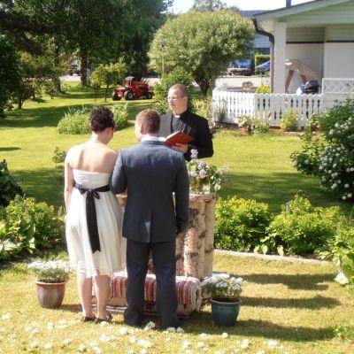 Jenni ja Mikael Sillanpään vihkitilaisuus pidettiin puutarhassa.