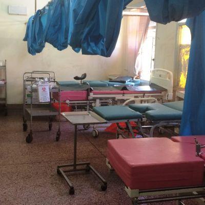 Synnytysosastolla naiset synnyttivät vieri vieressä, välillä oli verhot välissä.