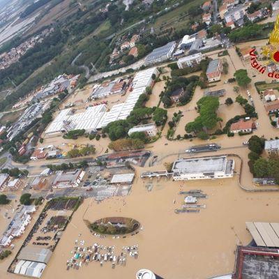 Ilmakuvassa ruskean veden valtaan joutunut kaupunki