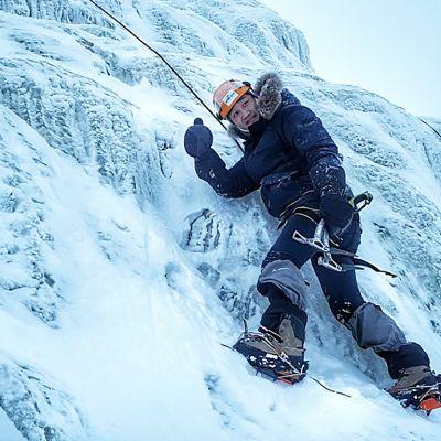 Etelä-korealainen bloggari Suho Lee Rukan jääkiipeilyssä.
