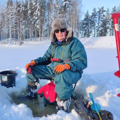 Leo Laukkanen kokeili pilkkimistä nilkkojaan myöten vedessä Kyyvedellä. Saalis jäi haaveeksi.