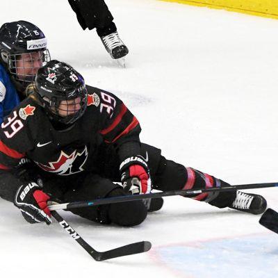 Minnamari Tuominen ja maalivahti Noora Räty torjumassa Kanadan hyökkäystä