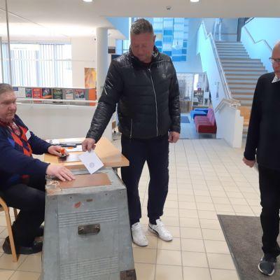 Tuomas Toivanen äänesti Mikkelissä iltaseitsemän jälkeen.
