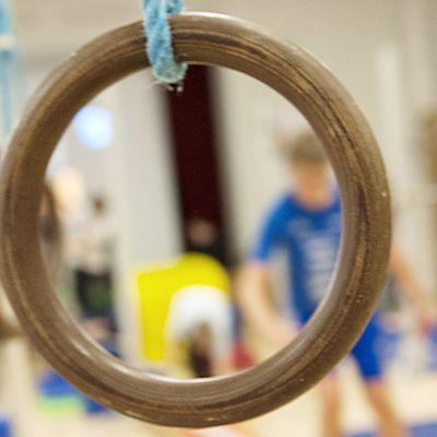 Lapsia liikuntatunnilla.