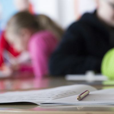 Opiskeluvälineitä pöydällä.
