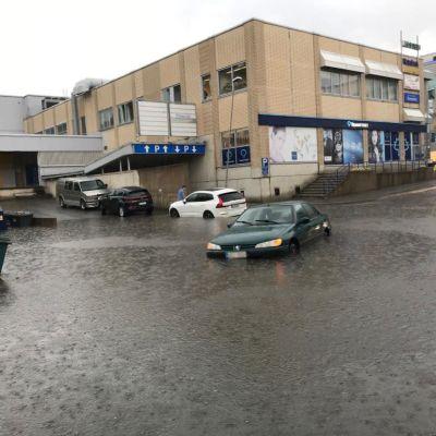 Savonlinnan kaduilla tulvi rankkasateen takia.