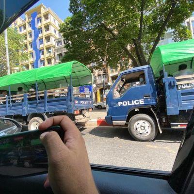 Poliiseja  kuorma-auton lavalla Myanmarissa.