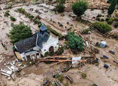 En kyrka och kyrkogård som förstörts av de häftiga vattenmassorna.
