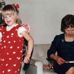 tyttö ja mummi jouluna