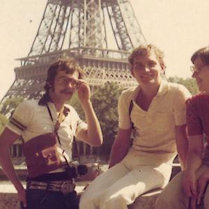 Neljä nuorta arkkitehtiopiskelijaa Tampereelta 1970-luvun Pariisissa.