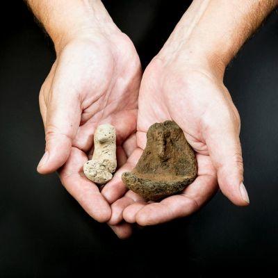 Molemmat Vantaan Jokiniemen kaivauksista löytyneet savihahmot.