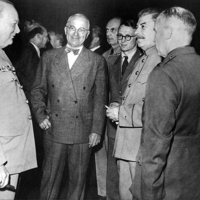 Britannian pääministeri Winston Churchill, Yhdysvaltain presidentti Harry S. Truman ja Neuvostoliiton johtaja Josef Stalin Potsdamin konferenssissa heinäkuussa 1945.