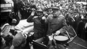Folkmassor står längs gatorna i Prag då staden befrias av sovjetiska trupper i maj 1945