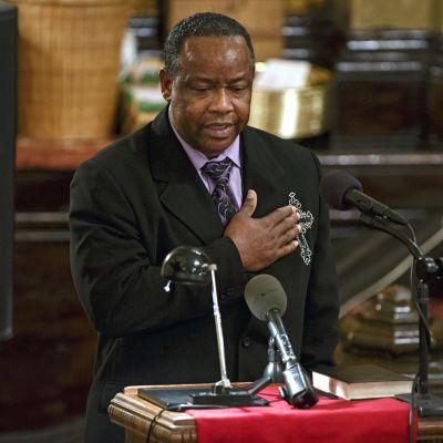 Akai Gurleyn isä poikansa hautajaisissa New Yorkissa 5. joulukuuta 2014.