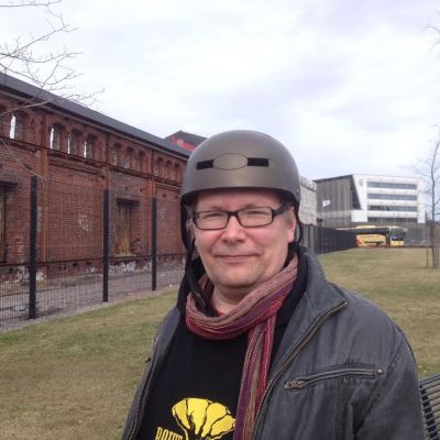 Tuomas Rantanen (Gröna) framför VR-magasinen