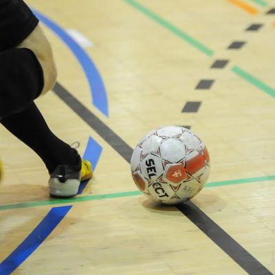 Futsalspelare sparkar boll