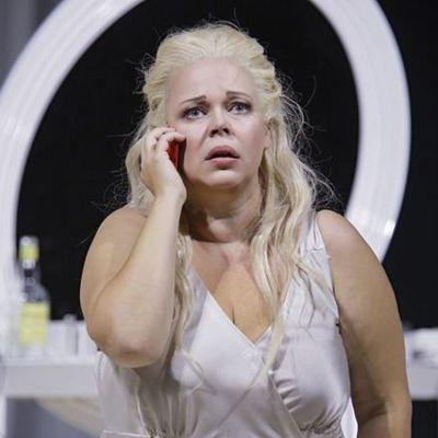 Pienoisoopperassa Ihmisen ääni Johanna Rusanen-Kartano esittää yksin jätettyä naista.