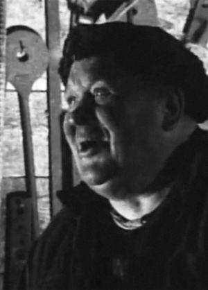 Bysmed Hjalmar Tallberg i sin smedja år 1967. Bildkapning från Yle Arkivet.