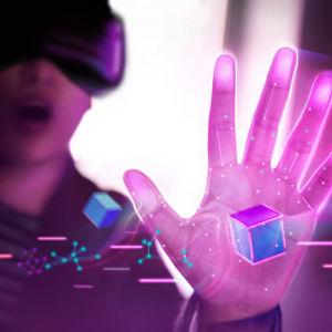 En man med virtualglasögon.
