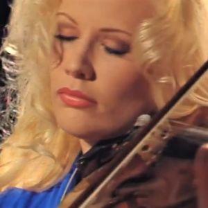 Linda Lampenius soittaa viulua.