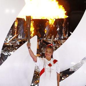 Naomi Osaka tänder OS-elden 2021 inne på stadion.