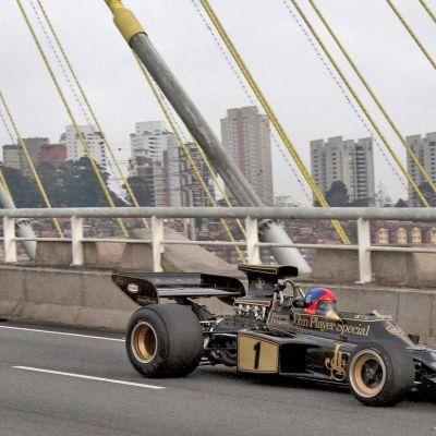 Emerson Fittipaldi ajaa näytösajoa vanhalla 1972 vuoden Lotuksella.