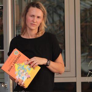 Nadya Kandrusevich med den belarusiska översättningen av Gunilla Bergströms Bill och Bolla.