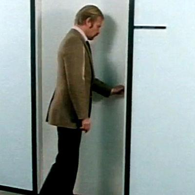 Uolevi Taskinen tietoiskussa oven avauksesta Hepskukkuu-ohjelmassa 1979.