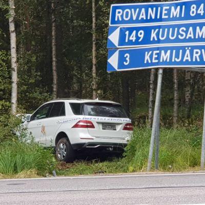 Tieltä suistunut auto Kemijärvellä Rovaniementien risteyksessä.
