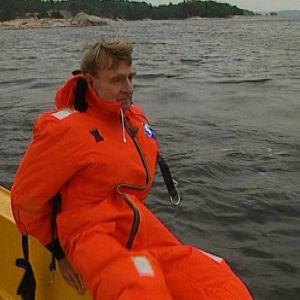 Koivisto veneenreunalla menossa veteen