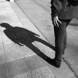 Ensam ung person på en gata.