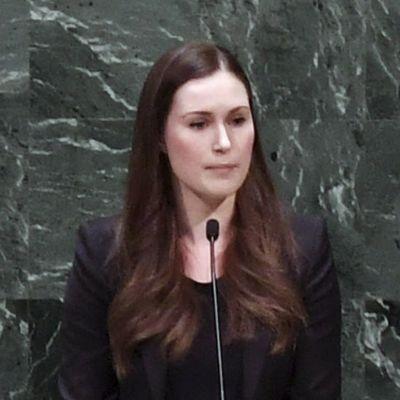 Sanna Marin står i talarbåset i FN:s generalförsamling.