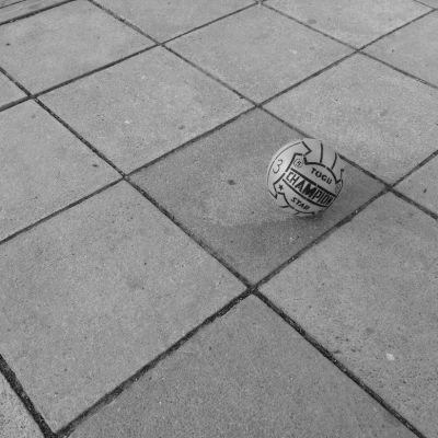 En boll på marken.