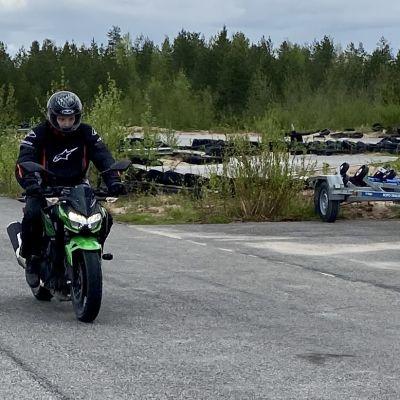 Kajaanilainen Rasmus Svensk harjoittelee jarrutusta moottoripyörällä.