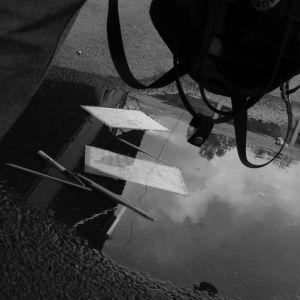 Papper och pennor ligger i en vattenpöl.