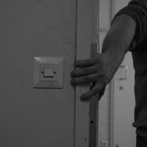 Man tar tag i en dörrkarm.