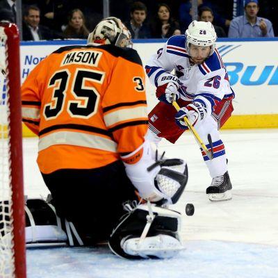 Philadelphia Flyersin Steve Mason torjuu Martin St. Louis'n laukauksen.