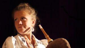 Den estniska folkmusikern Cätlin Mägi spelar säckpipa.