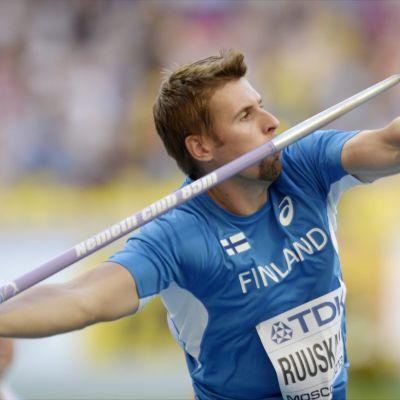 Antti Ruuskanen heittää.