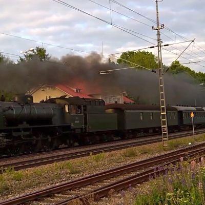 Höyryjuna Ukko-Pekka ajaa Taavetin asemalla
