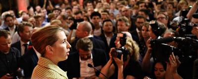 Danmarks nya statsminister Mette Frederiksen talar framför en publik.