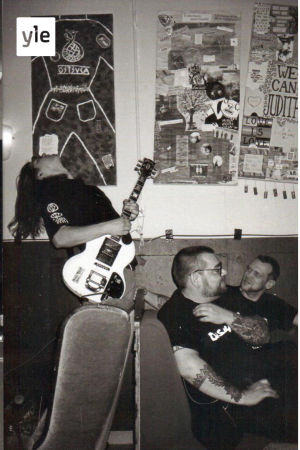 En långhårig man spelar gitarr