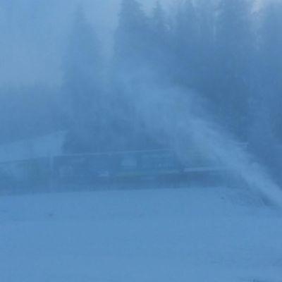 Lumitykki laskettelurinteessä.