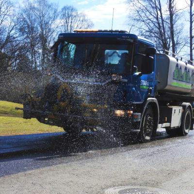 Helsingin kaupungin rakentamispalvelun Staran puhdistusautot pesivät katuja perjantaina 20. maaliskuuta Pohjois-Haagassa.