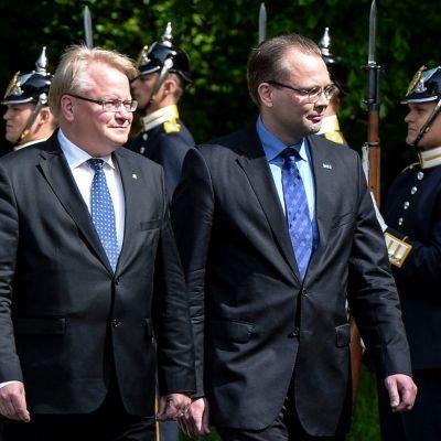 Hultqvist ja Niinistö marssivat asennossa seisovan sotilasrivin ohi.