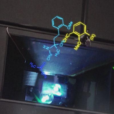kemiallinen kaava elokuvateatterin projektorin valossa