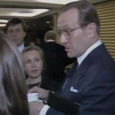 Toimittajat haastattelevat Harri Holkeria.